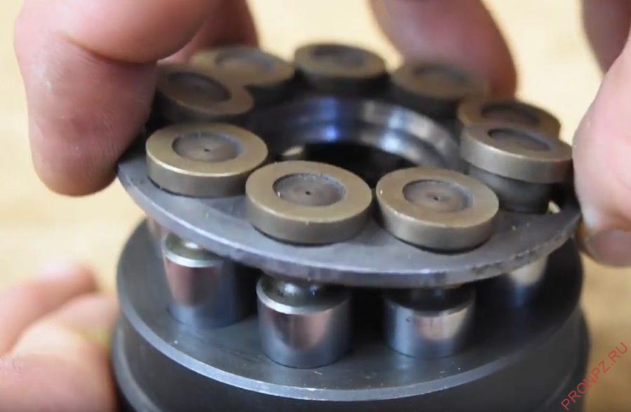 Когда плита вращается, поршень направляется внутрь цилиндров или наружу.